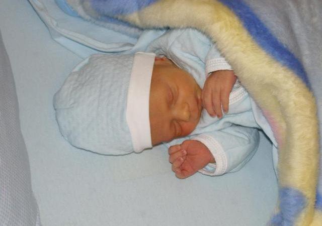 Има ли право бащата на болничен при изписване на новородено